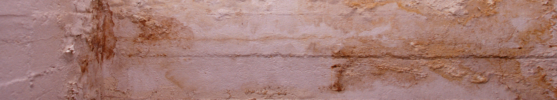 Kellerwand mit Flecken