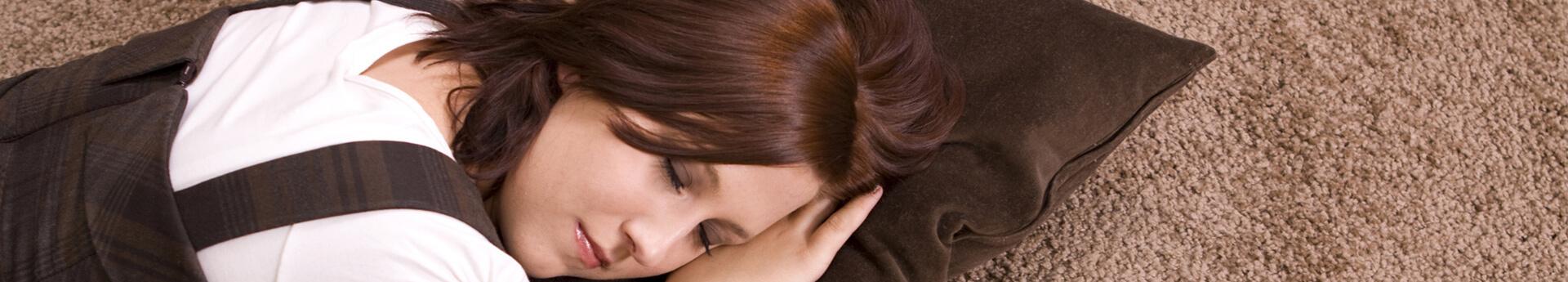 schlafende Frau auf Teppich
