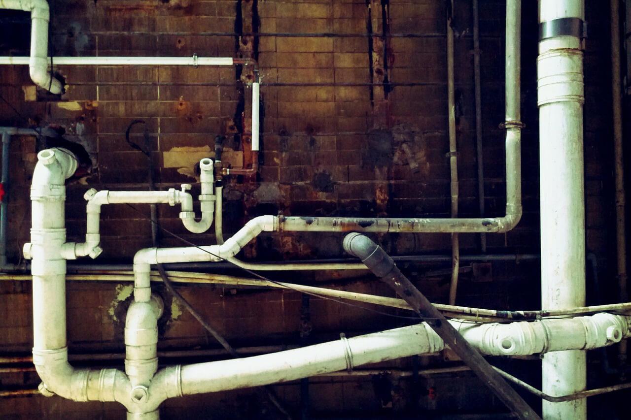 Wasserleitungen an Ziegelwand