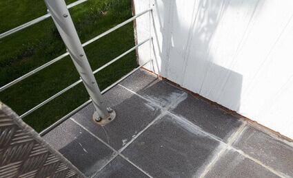Balkonabdichtung Westerngrund - defekter Fliesenbelag