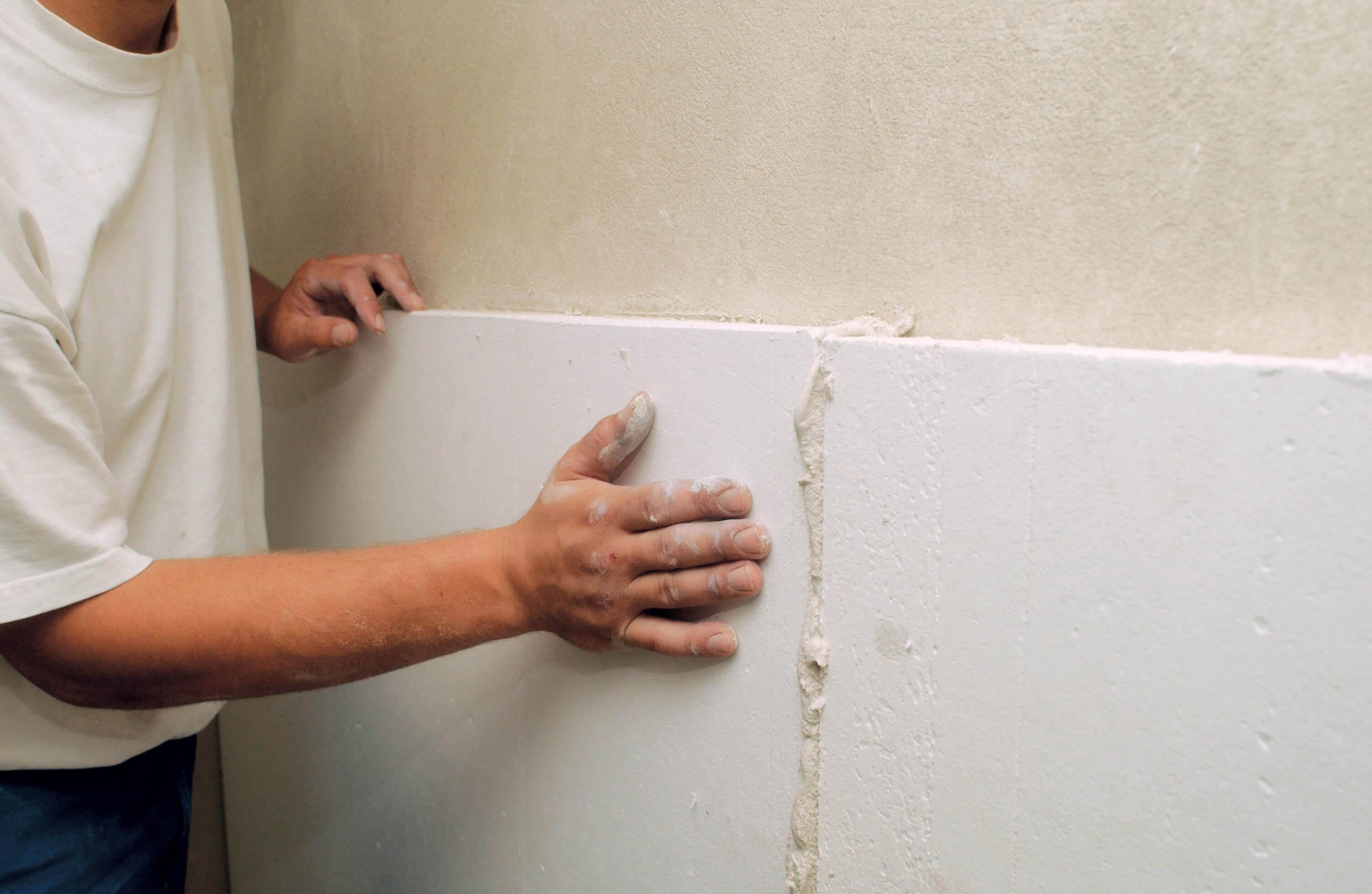 Handwerker drückt Klimaplatte fest