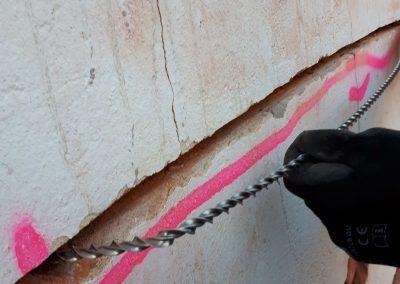 Der Spiralanker wird in Fuge eingelegt, am Ende jeweils 90° versetzt in die Wand
