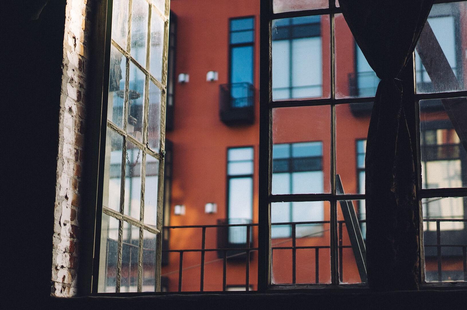 Offenes Fenster zum Lüften der Wohnung