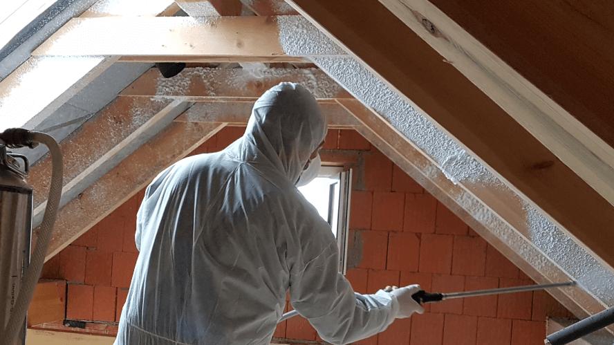 Mitarbeiter saniert Dachstuhl