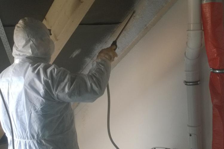 Person arbeitet mit Getifix Dachstuhlschaum