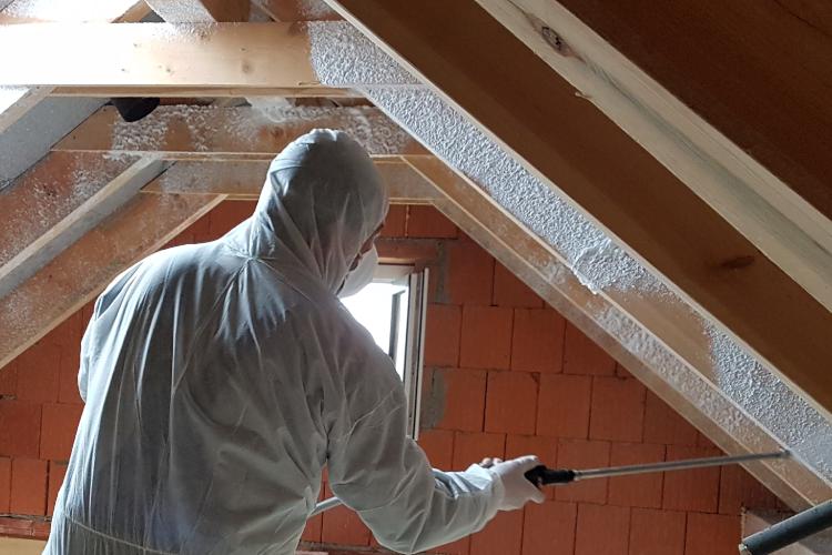 Person saniert Dachstuhl mit Getifix Dachstuhlschaum