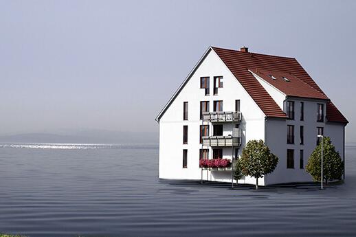 Haus umgeben von Wasser