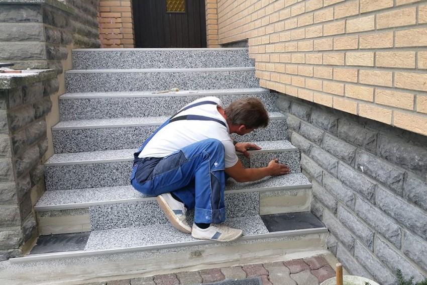 Verlegung Bodenplatten mit Stufenprofil