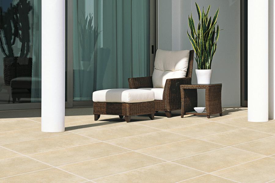 Balkonboden Ceramica Beispiel mit Sessel auf Terrasse