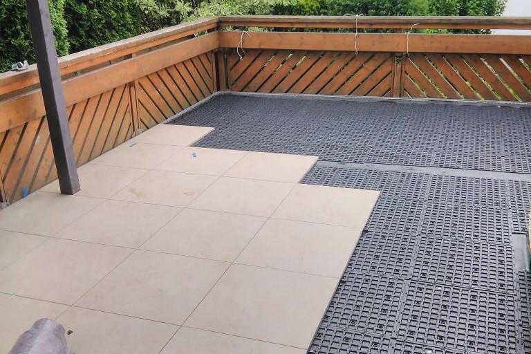 Verlegung der Bodenplatten bei der Balkonsanierung