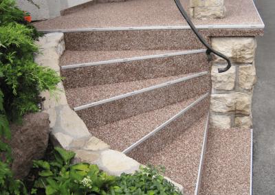 Steinteppich mit Stufenprofil