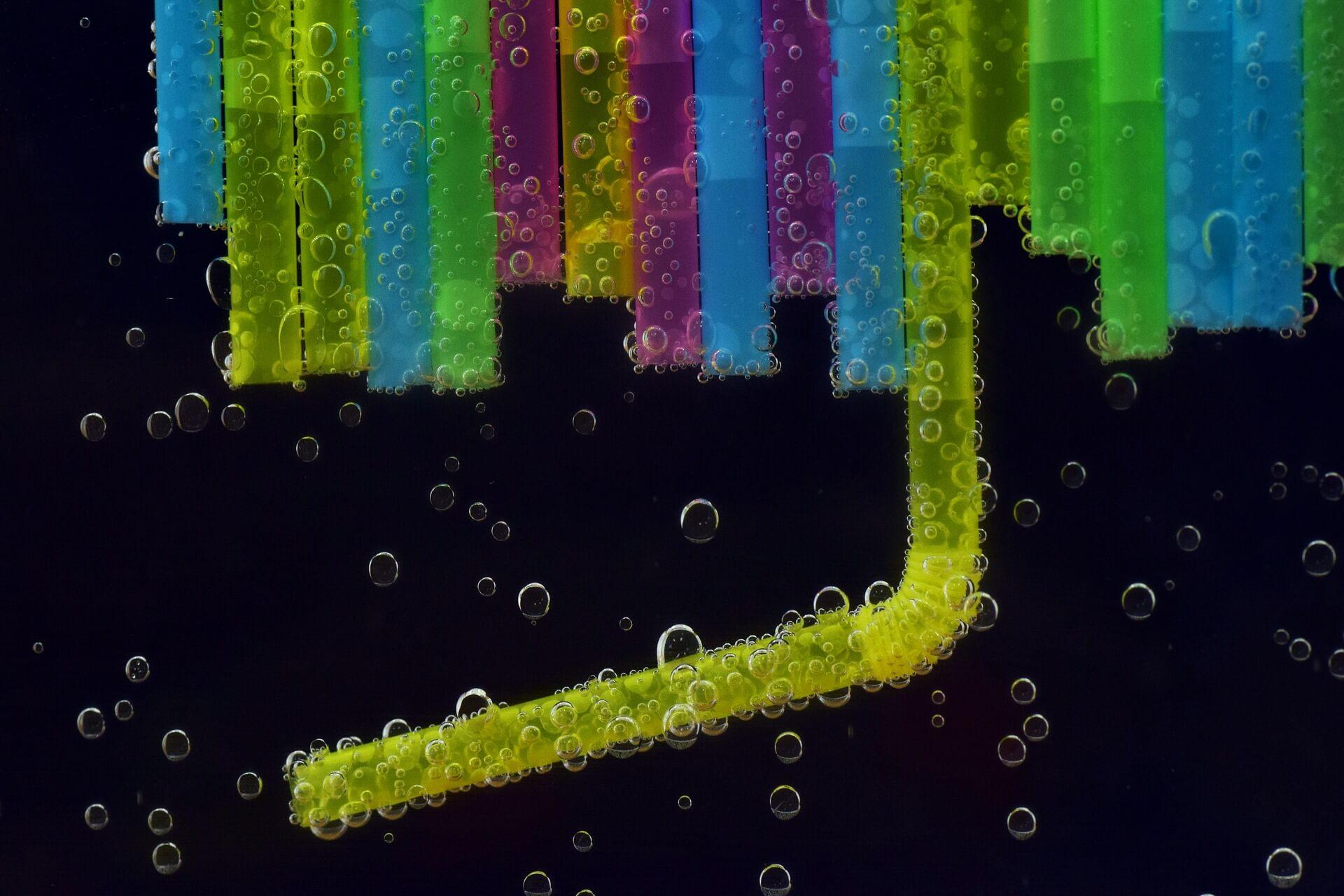 Bunte Strohhalme im Wasser als Sinnbild für Kapillaren