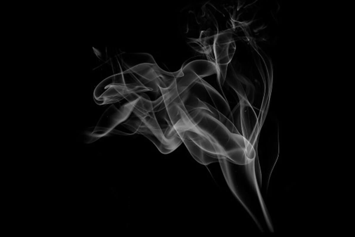 Rauchschwade auf schwarzem Hintergrund
